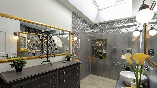 Die Badkosten richten sich nach der Größe und Ausstattung des neuen Bades. Hier ein opulent ausgestattetes Bad mit bodenebener Dusche unter dem Dachfenster.